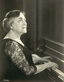 Myra Hess playing the piano - Gallery at War